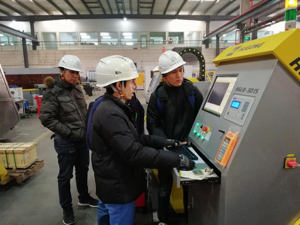 นำคณะลูกค้าเยี่ยมโรงงาน HUGONG และทดสอบเครื่องตัดเลเซอร์ก่อนส่งมอบ ณ เซี่ยงไฮ้ ประเทศจีน